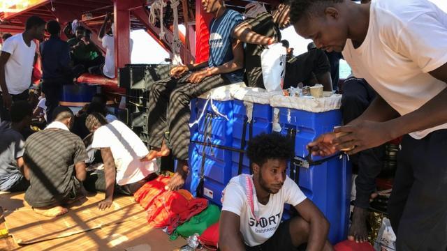 A bord de l'Ocean Viking qui tourne au ralenti dans le canal de Sicile dans l'attente d'un port où débarquer les 356 rescapés, recueillis en Méditerranée, qui se trouvent à bord, le 20 août 2019 [Anne CHAON / AFP]