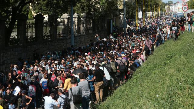 Des centaines de migrants en route vers la Hongrie le 4 septembre 2015 à Budapest [FERENC ISZA / AFP/Archives]