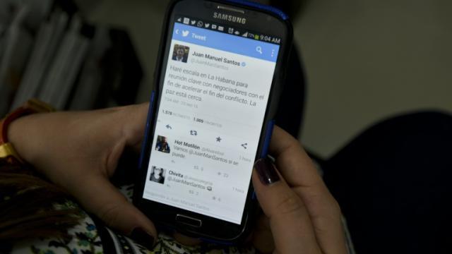 """Un message sur le compte officiel Twitter du président colombien Juan Manuel Santos, disant """"la paix est proche"""", le 23 septembre 2015 [Luis Robayo / AFP]"""