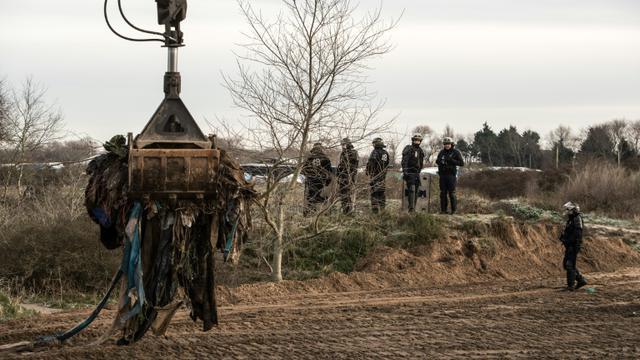 """Un bulldozer est à l'oeuvre le 18 janvier 2016 dans le camp de """"la Jungle"""", à Calais, dans le nord de la France [PHILIPPE HUGUEN / AFP]"""