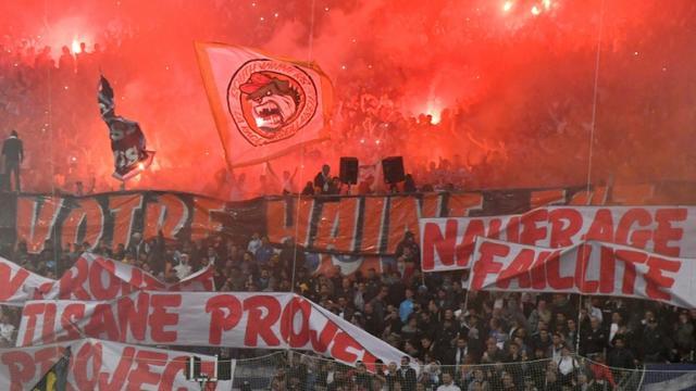 Des supporters marseillais mécontents des résultats de leur club affichent leur colère avant le choc face à l'Olympique lyonnais, dimanche 12 mai au stade Vélodrome de Marseille [GERARD JULIEN / AFP]