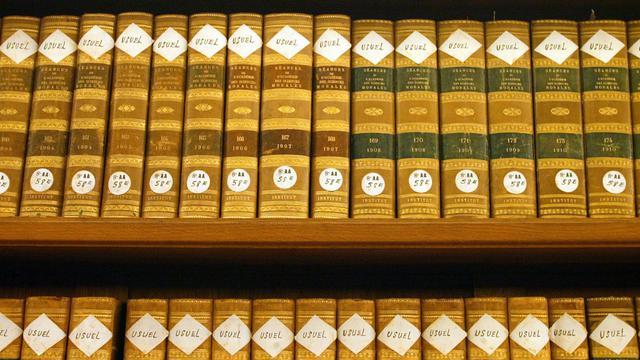 Dans la bibliothèque de l'Institut de France.