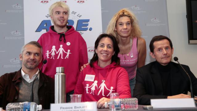 """Xavier Bongibault (2e rang à gauche) avec les animateurs de l'association """"Homovox"""" le 13 janvier à Paris"""