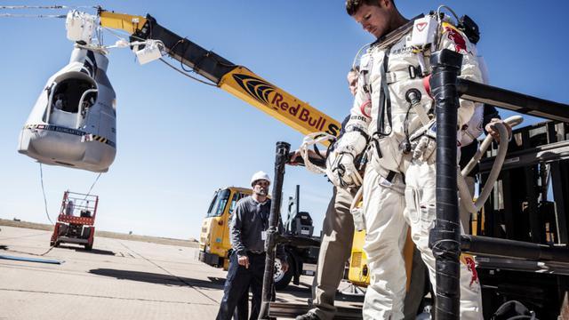 Felix Baumgartner sort  le 9 octobre 2012 de la capsule à Roswell au Nouveau-Mexque