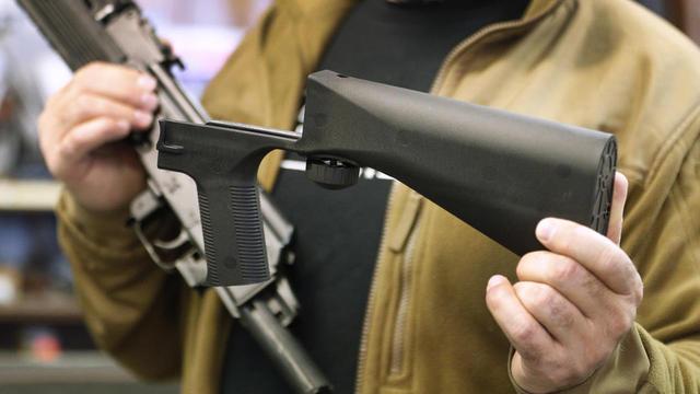 Pour 99 dollars, un Américain peut transformer une arme semi-automatique grâce à un mécanisme qui permet de tirer en continu jusqu'à ce que le chargeur soit vide.