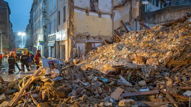 Les pompiers et leurs chiens à la recherche de survivants dans les décombres des immeubles effondrés de Marseille dans la nuit du 5 au 6 novembre 2018 [Loic AEDO, HO / BMPM/SM Aedo/AFP]