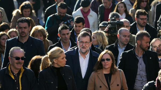 Le Premier ministre espagnol Mariano Rajoy au milieu de la foule près d'un bureau de vote à Madrid, le 20 décembre 2015   [CESAR MANSO / AFP]