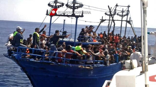 Capture d'écran d'une vidéo réalisée le 23 août 2015 par les gardes-côtes italiens lors du sauvetage d'une embarcation de fortune, remplie de migrants [- / GUARDIA COSTIERA/AFP/Archives]