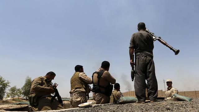 Des membres des forces kurdes prennent position pour combattre des jihadistes de l'EI, le 29 juin 2014 à Bashir près de Kirkouk [Karim Sahib / AFP/Archives]