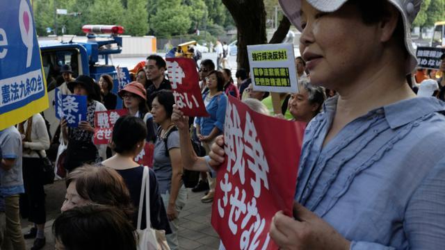Des manifestants protestent contre les lois élargissant le rôle de l'armée, le 19 septembre 2015 à Tokyo [Kazuhiro Nogi / AFP]