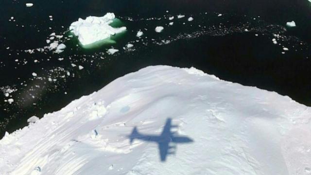 Un avion P-3 de la Nasa mesure l'épaisseur d'un iceberg dans l'Arctique, le 10 mai 2017 [Handout / NASA/AFP/Archives]