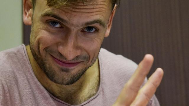 Piotr Verzilov, membre des Pussy Riot hospitalisé en Allemagne, lors d'une audience judiciaire à Moscou le 23 juillet 2018, après 15 jours de détention suite à une intrusion sur le terrain durant la finale de la Coupe du Monde de football [Vasily MAXIMOV  / AFP/Archives]