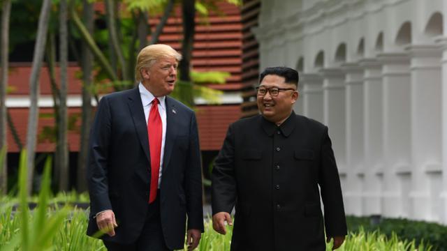 Le leader nord-coréen Kim Jong Un et le président américain Donald Trump à Singapour le 12 juin 2018 [SAUL LOEB / AFP]