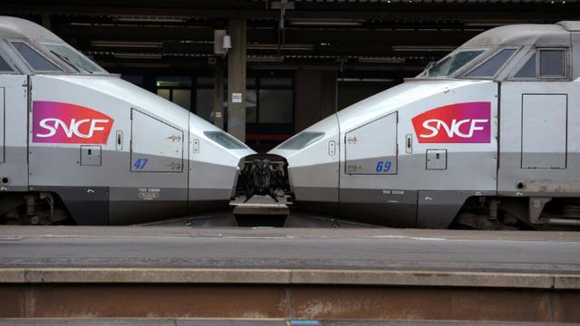 La SNCF a conseillé vendredi aux voyageurs de renoncer à prendre le train à partir de 19H00 lundi, heure à laquelle commencera la grève que les syndicats prévoient très suivie [ERIC PIERMONT / AFP/Archives]