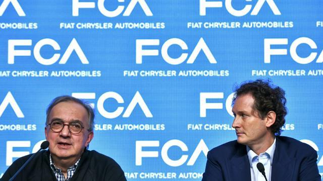 Sergio Marchionne (g), alors PDG du groupe Fiat Chrysler (FCA), aux côtés de John Elkann (d) lors d'une conférence de presse à Balocco, en Italie, le 1er juin 2018 [Piero CRUCIATTI / AFP]