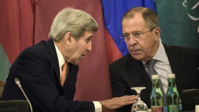 Le secrétaire d'Etat américain John Kerry et son homologue russe Sergei Lavrov, le 30 octobre 2015, à Vienne [BRENDAN SMIALOWSKI / POOL/AFP]