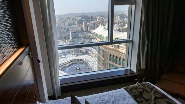 Cette image prise le 8 août 2019 montre la vue depuis une chambre de luxe d'un hôtel qui donne sur la Kaaba, monument sacré de l'islam, et la grande mosquée attenante, dans la ville sainte de La Mecque, en Arabie saoudite. [FETHI BELAID / AFP/Archives]