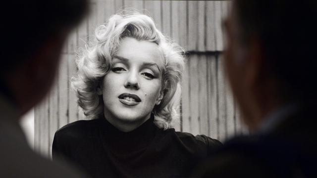 """Des visiteurs observent une photographie de Marilyn Monroe prise par Alfred Eisenstaedt, à Rome, le 30 avril 2013"""" [Gabriel Bouys / AFP/Archives]"""