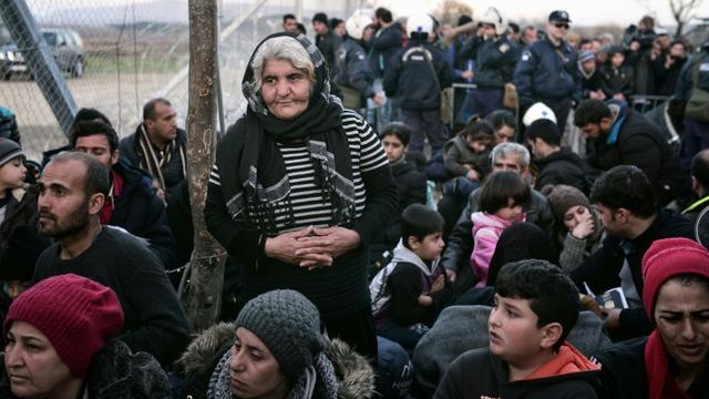 Des migrants le 2 mars 2016 près d'Idomeni à la frontière entre la Grèce et la Macédoine [LOUISA GOULIAMAKI / AFP]