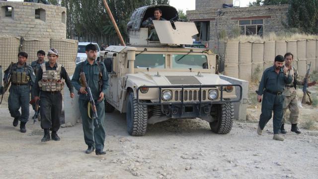 Les forces de sécurité afghanes près de l'aéroport de Kunduz, le 29 septembre 2015 [NASIR WAQIF / AFP]