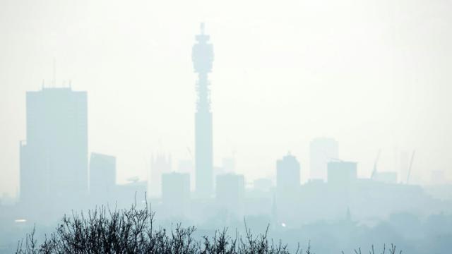 Londres sous le brouillard, le 24 janvier 2017, après une semaine d'un épisode de forte pollution [Isabel INFANTES / AFP]