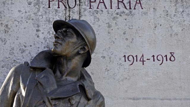 Photo d'une statue de bronze représentant un soldat de la première guerre mondiale, prise le 5 novembre 2009 devant le monument au morts de Jonzac (sud-ouest) [Jean-Pierre Muller / AFP/Archives]