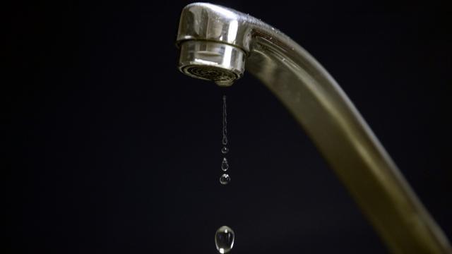 Ploc, ploc, ploc... L'énigme qui se cache derrière le bruit horripilant du robinet d'eau qui goutte vient d'être dissipée par des chercheurs, qui proposent un moyen simple pour y remédier : le liquide vaisselle [FRANCK FIFE / AFP/Archives]