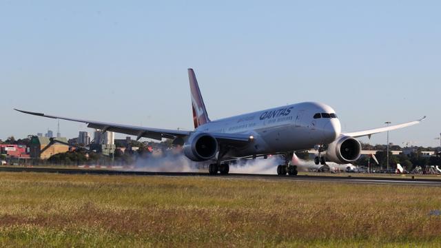 Le Boeing 787 Dreamliner de Qantas qui a décollé vendredi de New York atterrit dimanche à Sydney après un vol de plus de 19 heures, le 20 octobre 2019 [DAVID GRAY / QANTAS/AFP]