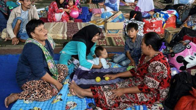 Des réfugiés évacués de l'île de Sebesi sont regroupés dans un centre d'hébergement à Kalianda, le 27 décembre  2018 [MOHD RASFAN / AFP]