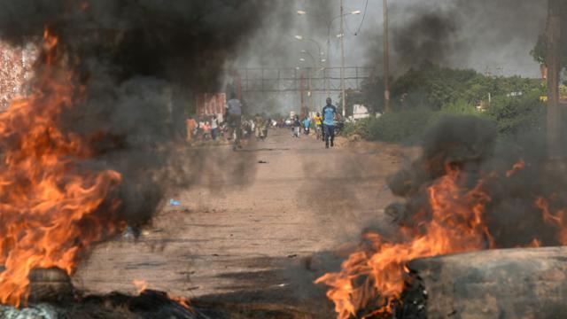 Des pneus en feu à Tampouy, dans la banlieue de Ouagadougou, lors d'une manifestation contre le projet de sortie de crise au Burkina Faso présenté par la médiation ouest-africaine, le 21 septembre 2015 [SIA KAMBOU / AFP]