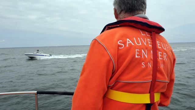 Un membre de la SNSM (Société Nationale de Sauvetage en Mer), basée à Arcachon, participe à une présentation des divers moyens de secours en mer, le 19 mai 2009, avant l'arrivée des touristes [Jean-Pierre Muller / AFP/Archives]