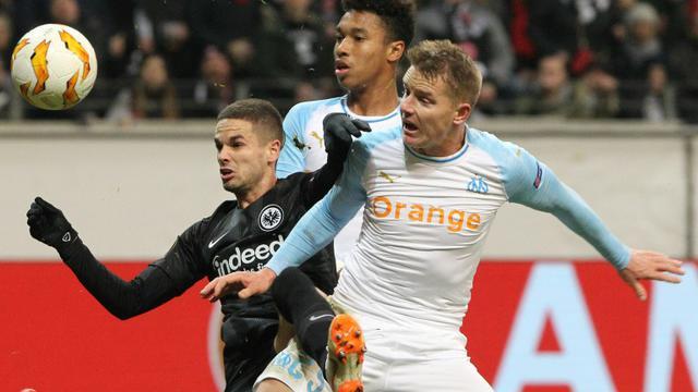 Le milieu Serbe de l'Eintracht Francfort Mijat Gacinovic (g) à la lutte avec les Marseillais Boubacar Kamara (c) et Tomas Hubocan en Ligue Europa, le 29 novembre 2018 à Francfort     [Daniel ROLAND / AFP]