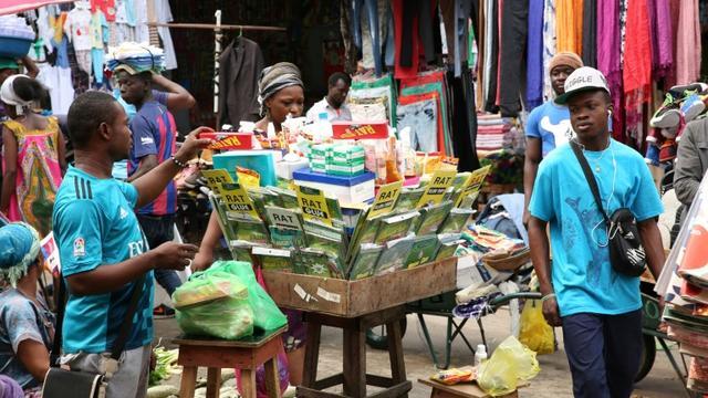 Les étals d'un marché de rue à Libreville, le 31 janvier 2018 au Gabon [STEVE JORDAN / AFP]