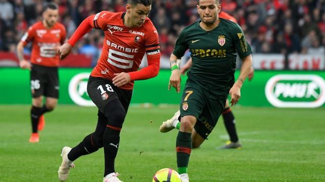 L'attaquant du Stade Rennais Hatem Ben Arfa (g) poursuivi par le milieu de Monaco Rony Lopes, le 1er mai 2019 à Rennes  [DAMIEN MEYER / AFP]