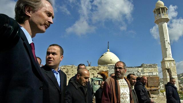 Le diplomate norvégien Geir Pedersen (à gauche) visite la ville dévastée de Bint Jbeil, au Sud-Liban, le 2 mars 2007 [MAHMOUD ZAYYAT / AFP/Archives]