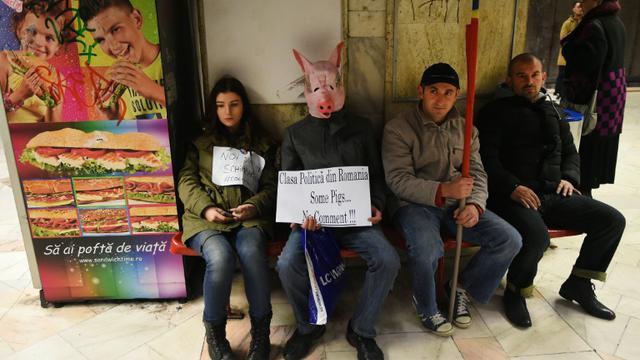 Des manifestants expriment leur colère contre la classe politique roumaine, le 7 novembre 2015 à Bucarest [DANIEL MIHAILESCU / AFP]