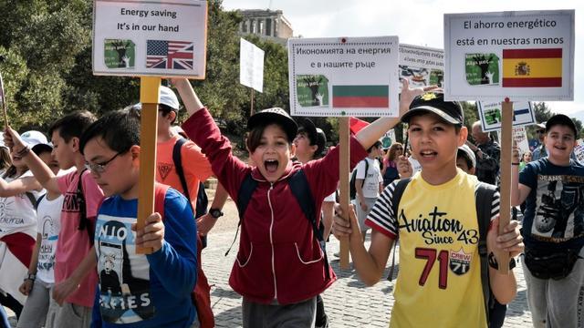 Des écoliers manifestent pour interpeller les gouvernements sur le réchauffement climatique, à Athènes le 17 mai 2019  [LOUISA GOULIAMAKI / AFP]
