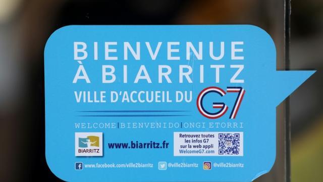 Un autocollant sur une vitre accueille les visiteurs à Biarritz pour le G7, le 23 août 2019 [LUDOVIC MARIN / AFP]