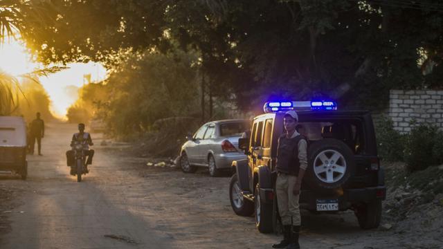Un policier égyptien monte la garde devant la base aérienne militaire de Kabret, près du canal de Suez, le 31 octobre 2015 [KHALED DESOUKI / AFP/Archives]