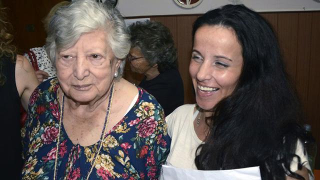 La femme initialement identifiée comme étant Clara Anahi Teruggi (d), et María (Chicha) Mariani, à Buenos Aires le 24 décembre 2015 [Carlos Cermele / TELAM/AFP]