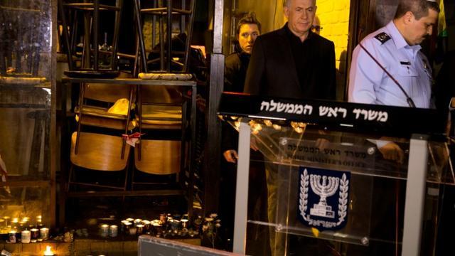 Le Premier ministre israélien Benjamin Netanyahu arrive sur le site d'une fusillade meurtrière à Tel Aviv, le 2 janvier 2016 [HEIDI LEVINE / POOL/AFP]