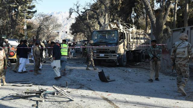 Des soldats pakistanais sur les lieux d'un attentat à la bombe à Quetta, le 6 février 2016 [BANARAS KHAN / AFP]