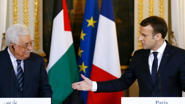 Le président Emmanuel Macron et son homologue palestinien Mahmoud Abbas lors d'une conférence de presse à l'issue de leur rencontre à l'Elysée, le 22 décembre 2017 à Paris. [Francois Mori / POOL/AFP]