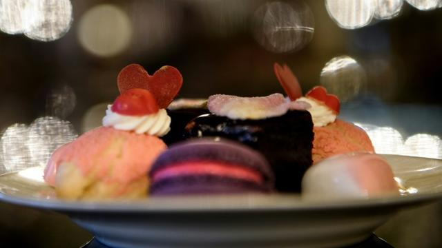 """Des pâtisseries préparées pour le """"Galentine's Day"""" au St. Regis hotel de Washington, le 12 février 2019  [Brendan Smialowski / AFP]"""