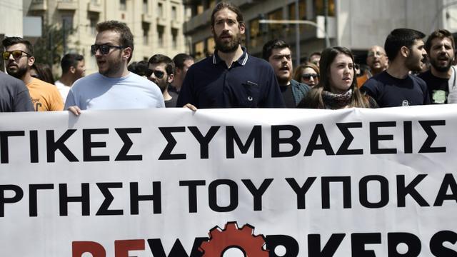 Des manifestants défilent lors d'une grève nationale de 24 heures contre de nouvelles mesures de rigueur en échange de la poursuite du versement de prêts internationaux, le 1er mai 2017 à Athènes [LOUISA GOULIAMAKI / AFP]