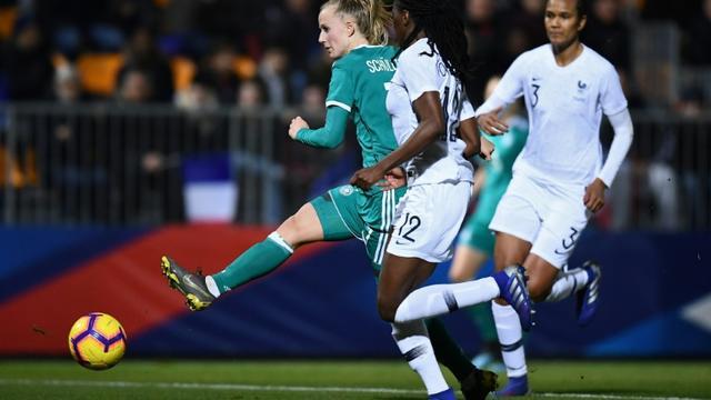L'attaquante allemande Lea Schuller (g) à la lutte avec la Française Aissatou Tounkara, le 28 février 2019 à Laval   [FRANCK FIFE / AFP]