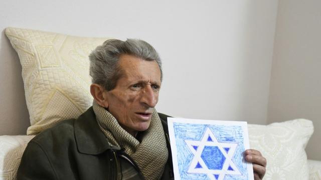 """Simon Vrusho, professeur chrétien qui a fondé le """"Musée Salomon"""", seul musée juif d'Albanie, lors d'un entretien avec l'AFP le 6 février 2019 à Bérat, quelques jours avant d'être emporté par une crise cardiaque [Gent SHKULLAKU / AFP]"""