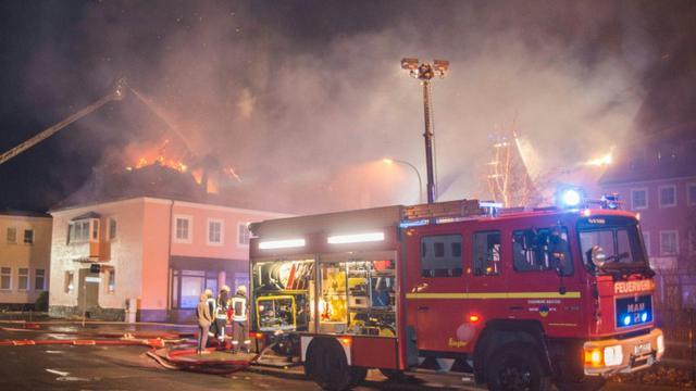 Les pompiers allemands tentent d'éteindre l'incendie qui a ravagé le 21 février 2016 un foyer pour migrants à Bautzen, près de Dresde, dans l'ancienne RDA [Rico Loeb / dpa/AFP]