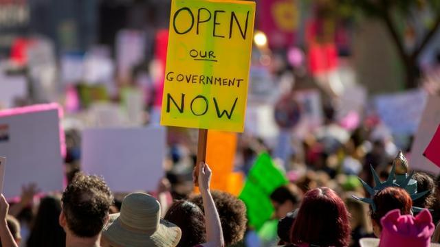 """Une manifestante réclame la fin du """"shutdown"""", le 19 janvier 2019 à Los Angeles [DAVID MCNEW / AFP/Archives]"""