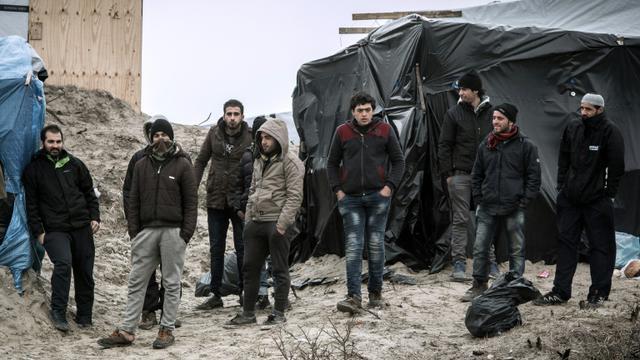 """Des migrants dans la """"jungle"""" de Calais, le 21 février 2016 [PHILIPPE HUGUEN / AFP/Archives]"""